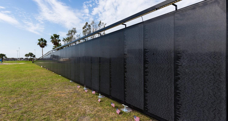"""Avonite Surfaces, onorat sa fie alegerea ca material pentru """"Zidului care vindeca""""Onoare. Curaj. Sacrificiu.Memorialele sunt o parte a societatii, un mod de a arata recunostinta si respectul fata de cei care au dat totul pentru ca noi sa fim acolo unde suntem astazi. In 1996, Fondul Memorial al Veteranilor din Vietnam (VVMF) a construit o replica mobila a Memorialului Veteranilor[…] Mai mult…"""