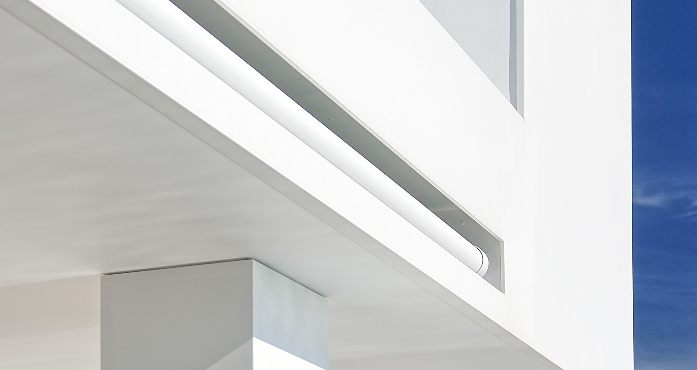 Pe remarcabila coastă din Ibiza, Spania, o pereche vizionară de proprietari de casă au dorit să-și transforme clădirea din beton gri în mai mult decât o casă de nivel mediu. Culoarea cenușie a clădirii nu se potrivea personalității extravagante a orașului și nici cu priveliștea extraordinară.Misiunea transformării acestei structuri de beton într-o clădire cu un design de excepție a revenit[…] Mai mult…