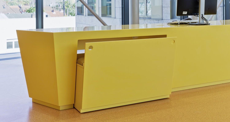 Proiect spectaculos al arhitecților de la Schrammel Architets din Augsburg: Rosskopf + Partner creeaza o lume colorată pentru noua bibliotecă municipală a orasului Hanau.În total au fost proiectate, fabricate și montate 10 ansambluri de mobilier diferite, acestea incluzând: mobilier recepție, mobilier infodesk, mobilier bibliotecă, mobilier depozitare și mobilier media.Mobilierul pentru recepție îmbină tema designului interior cu forme geometrice și culori[…] Mai mult…