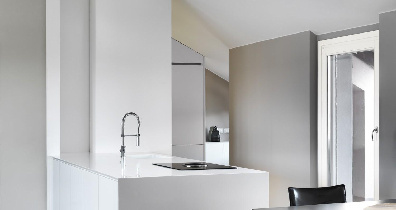 Totul a început cu o mutare: familia Silva, compusă din Laura, soțul ei și cei doi copii, renunță la vechea locuință dintr-o clădire destul de sobră, în căutarea unui spațiu mai contemporan în care luminozitatea să fie elementul comun al fiecărei camere de locuit. Astfel au ales un splendid apartament de 170mp în stilul Milano, într-o clădire cu 20 de[…] Mai mult…