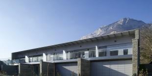 """Complexul """"A Fleur de Parc""""- Condominium Seyssins, Parcul Natural Regional Vercors, 2016Proiectul """"A Fleur de Parc"""" a luat fiinta in Seyssins (langa Grenoble), la poalele muntilor. Proiectat de arhitectul parizian Jean-Pierre Pranlas-Descours – castigator al Medaliei de Onoare de la Academia de Arhitectura – cladirea cuprinde noua apartamente atipice care sunt in armonie perfecta cu extraordinarul parc natural. In 2016,[…] Mai mult…"""