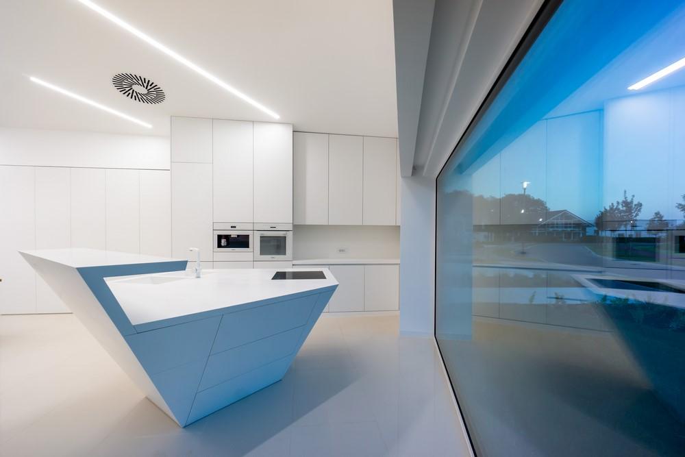 Cu toții am avut momente, imaginându-ne casa viselor noastre. Linii curate, accente de arta îndrăznețe, flux dinamic, senzație de open space și un plan plin de lumină naturală. Arhitecții Radu și Andrei Teaca de la Artline Studio au propus acest concept si i-au dat viata. Ei și-au făcut un scop personal de a crea o casă unică modernă, de ultimă[…] Mai mult…
